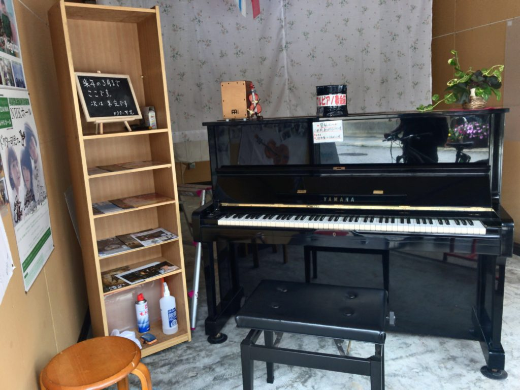 新潟市中央区の上古町商店街にストリートピアノが設置されている